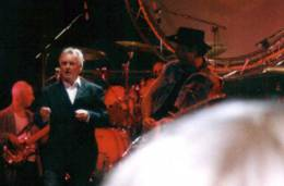 Concert photo: Roger Taylor live at the Fort Brockhurst, Gosport, UK (with SAS Band) [11.08.2001]