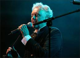 Concert photo: Roger Taylor live at the Wintershall Estate, Bramley, Surrey, UK (Picnic & charity concert with Gary Brooker's all-star band 'Band Du Lac' featuring Eric Clapton, Ringo Starr and others) [11.06.2005]