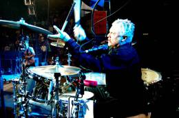 Concert photo: Roger Taylor live at the Continental Airlines Arena, East Rutherford, NJ, USA (with Foo Fighters) [14.10.2005]