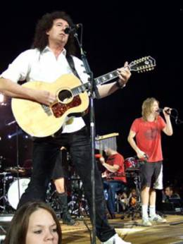 Concert photo: Brian May + Roger Taylor live at the O2 Arena, London, UK (with Foo Fighters) [17.11.2007]