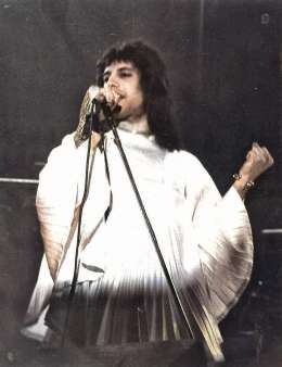 Concert photo: Queen live at the Town Hall, Birmingham, UK [27.11.1973]