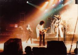 Concert photo: Queen live at the Phillipshalle, Düsseldorf, Germany [16.05.1977]