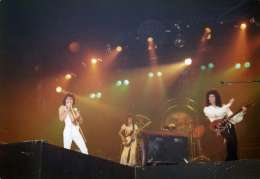 Concert photo: Queen live at the Sporthalle, Basel, Switzerland [19.05.1977]