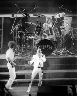 Concert photo: Queen live at the Wembley Arena, London, UK [05.09.1984]