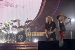 Concert photo: Queen + Adam Lambert live at the Festhalle, Frankfurt, Germany [07.02.2015]