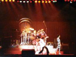 Concert photo: Queen live at the Forum, Inglewood, CA, USA [22.12.1977]